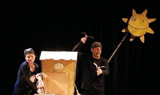 Distintos momentos ayer por la mañana de la representación de la obra de teatro 'La rateta que escombrava l'escaleta' de Festuc Teatre en Puig d'en Valls.