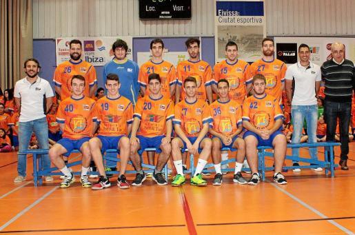 Eugenio Tilves (el segundo que está de pie por la derecha), cuando era ayudante del técnico Felix Mojón, en la presentación del filial del HC Eivissa.
