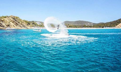 Imagen de archivo de un instructor de la empresa Jets Playa d'en Bossa Ibiza realizando una exhibición de flyboard en Cala Jondal.