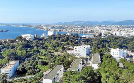La banda logró estafar a más de 300 turistas con falsos alquileres de Balears; en la imagen, el litoral del municipio de Ibiza.