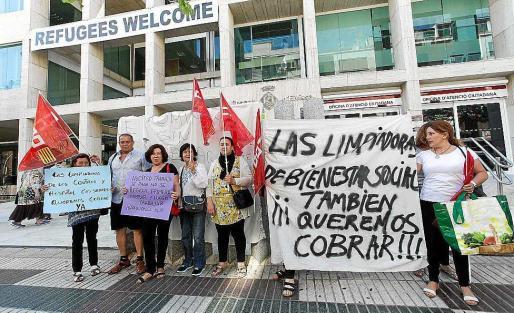 Imagen de archivo de una protesta de las trabajadoras de KLE realizada hace unos días en las puertas del Consell.