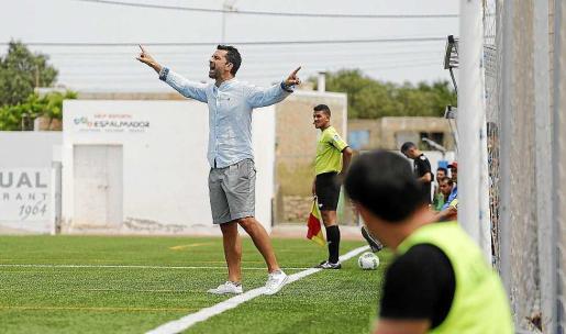 Tito García Sanjuán da instrucciones a sus jugadores durante el choque de ida ante el Alavés B.