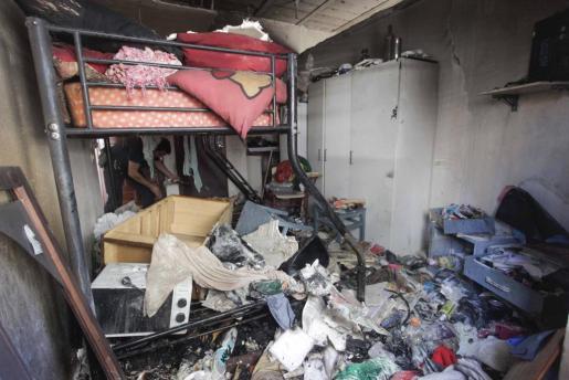 Las llamas arrasaron la acumulación de enseres que había en el habitáculo habilitado como casa y provocaron una pequeña explosión que afectó al falso techo.