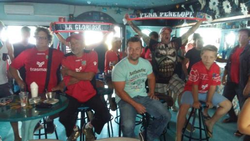 Seguidores del Formentera celebrando el ascenso de su equipo en un bar de la pitiusa menor.
