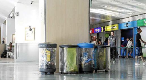 Los pasajeros tuvieron que regresar varias veces a la zona de mostradores.