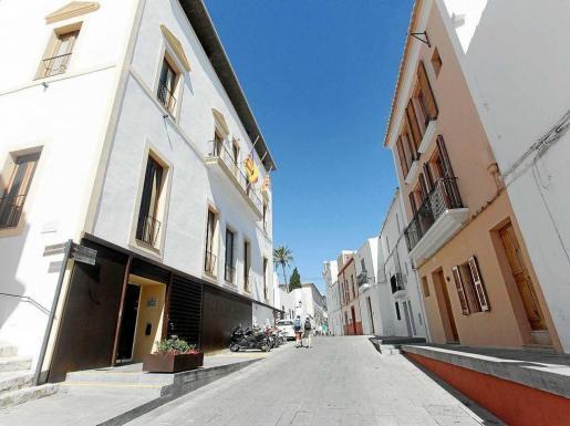 Una imagen de la calle de Dalt Vila que recibió el nombre de su insigne vecino el diputado Pere Tur i Palau.