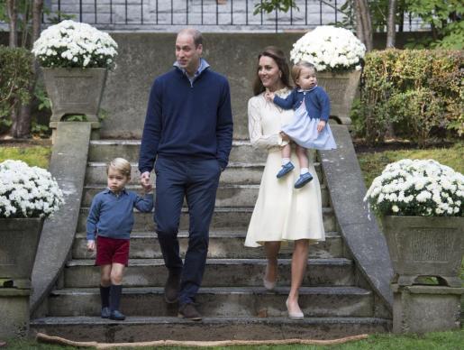 Los duques de Cambridge -Guillermo y Catalina- durante una visita a Canada con sus hijos.