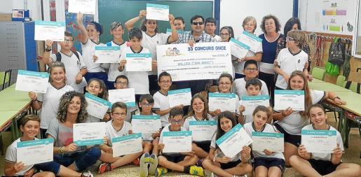 Sobre estas líneas una fotografía de los alumnos de Can Bonet recibiendo el premio de manos del director de la ONCE en Ibiza, Mariano Torres Prats.