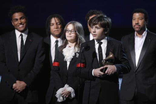 Prince Michael Jackson y Paris Jackson recibiendo el Grammy póstumo a su padre.