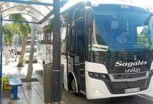 El conductor del autobús a Benirràs esperando a que suba algún pasajero. No subió nadie.