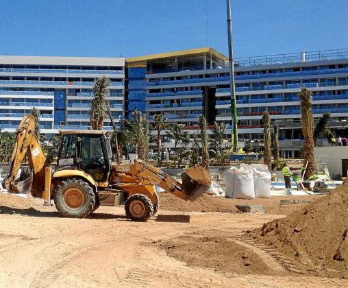 Las obras en el sector turístico están manteniendo la actividad de la construcción en muchos municipios.