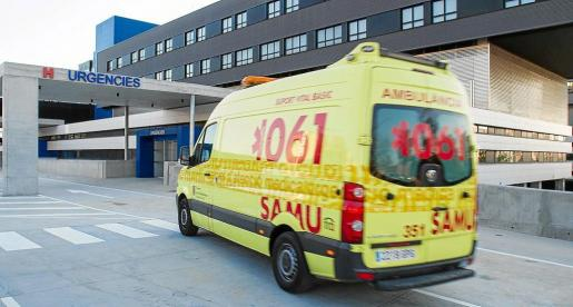 Imagen de archivo de una ambulancia en Urgencias del hospital de Can Misses.