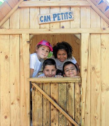 Los niños que acudieron ayer hasta la Escoleta de Ses Païsses disfrutaron con una mañana repleta de juegos y talleres educativos.