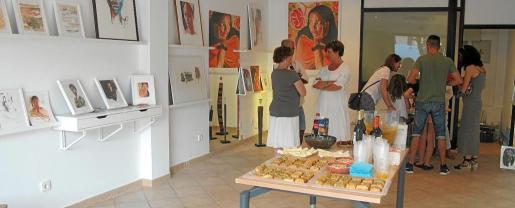 Varios momentos de la inauguración de la galería Índigo este viernes por la noche en Sant Josep.