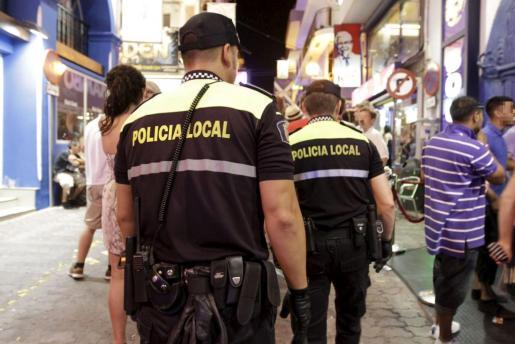 Imagen de archivo de dos agentes de la Policía Local de Sant Antoni patrullando en la zona del West End.