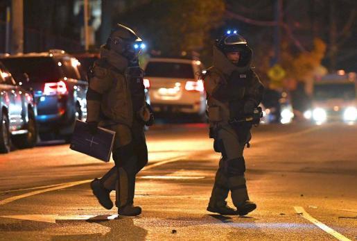 Agentes de policía en las inmediaciones del lugar en el que ha sido abatido el secuestrador.