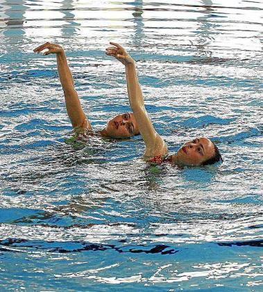 Un dúo de nadadoras realiza una rutina de sincronizada.