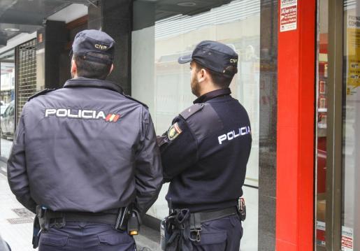 Imagen de archivo de dos agentes de la Policía Nacional de Ibiza.