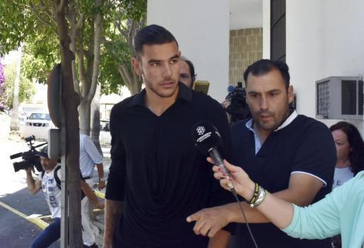 El futbolista Theo Hernández, a la salida de los juzgados de Marbella.