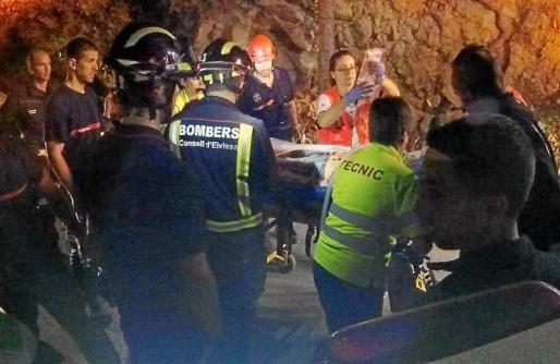 Imagen del momento en el que los bomberos y los sanitarios trasladan a la herida a la ambulancia del 061.