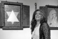 Imagen de Elisabeth Louy con sus obras.