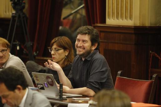 Los parlamentarios de Podemos Alberto Jarabo y Laura Camargo.