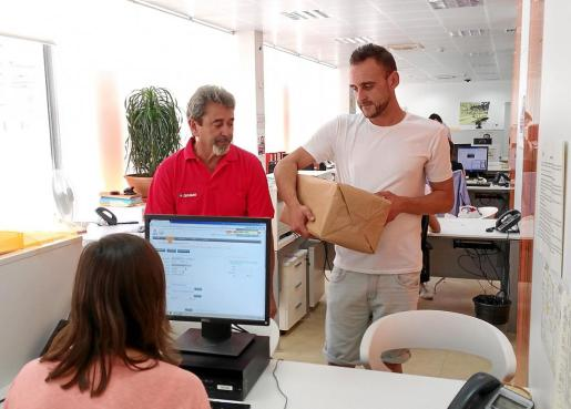 Un amigo de Dani Viñals entregó las firmas junto a Ramón Viñals, padre del ciclista muerto.