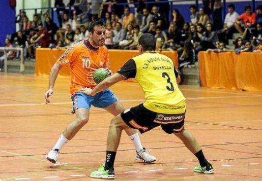 Miguel López trata de sortear a un rival durante el partido HC Eivissa-Maristas Algemesí de la temporada pasada.