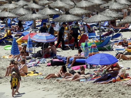 La Guardia Civil irrumpe en Cala Agulla y Son Moll para evitar los desmadres en la playa.