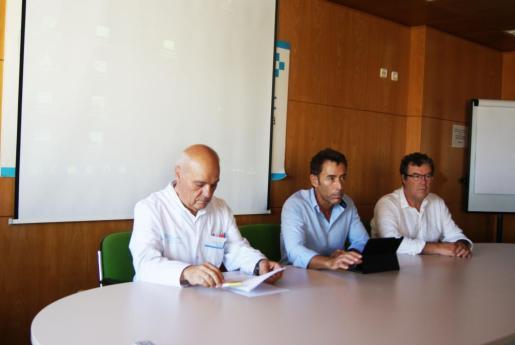 De izquierda a derecha: Josep Balanzat, director asistencial del Servei de Salut, Nacho García, gerente del Área de Salud, y Francisco Cárceles, subdirector de atención hospitalaria.