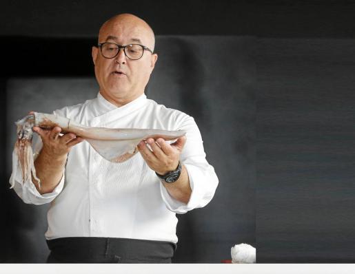 Ricardo Sanz sorprendió a todos los presentes dando unas espectáculares explicaciones sobre cómo limpiar Y trocear un calamar, un salmonete, un salmón o una pieza de atún.