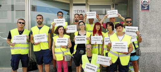 La plantilla al completo de EYSA en Ibiza se concentró ayer a las puertas de la empresa para pedir que se equiparen los salarios de los trabajadores de la empresa.