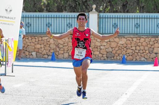 William Aveiro, triunfador ayer en la carrera de los10 kilómetros, señala al cielo en recuerdo de Dani Viñals, su gran compañero en el circuito de Trail.