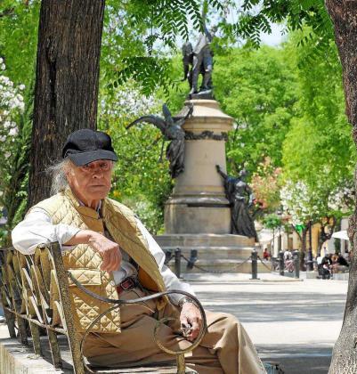 El arquitecto Javier Olaso posa en el paseo Vara de Rey durante la entrevista.