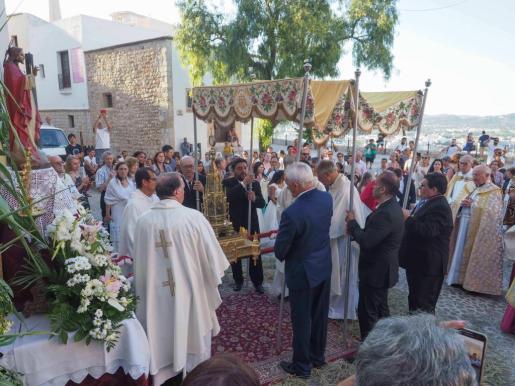 Momento en que iba a dar inicio la procesión a las puertas de la Catedral.