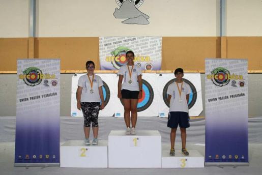 Sara Díez, Rocío García y Lara Samperio, en el podio de vencedoras en arco recurvo femenino.