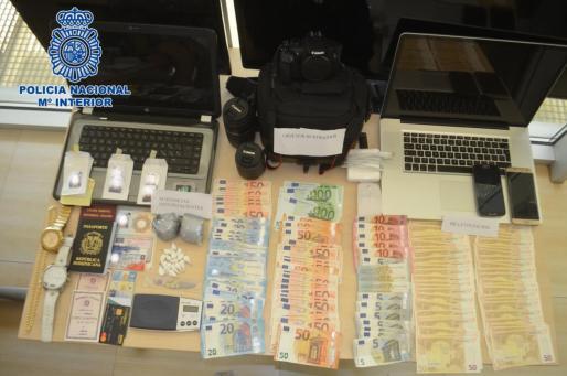 La imagen muestra el material intervenido por los agentes de la Policía Nacional durante el registro del local.