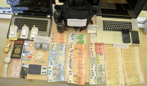 Material intervenido por los agentes de la Policía Nacional durante el registro del local.