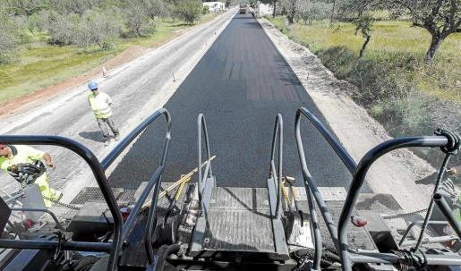 Asfaltado de la carretera de Sant Joan durante las obras de mejora y ampliación de la vía.