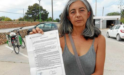 La presidenta de la protecta, Alicia Pascua, muestra la denuncia que puso ayer.