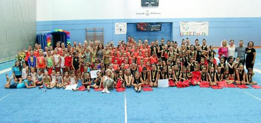 Una imagen de grupo de las gimnastas y de las entrenadoras que acudieron en representación de sus clubes para participar en la segunda edición de la Copa Tanit.