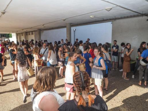 Imagen de los aspirantes de Ibiza esta mañana en el IES Sa Colomina. En Ibiza se ofrecen 90 plazas.