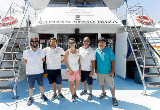 Parte de la tripulación de Nautilus Ibiza posa en el 'Capitán Nemo'.