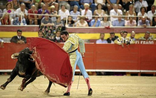 El torero Enrique Ponce, en plena faena durante una corrida celebrada en Palma en agosto de 2016.