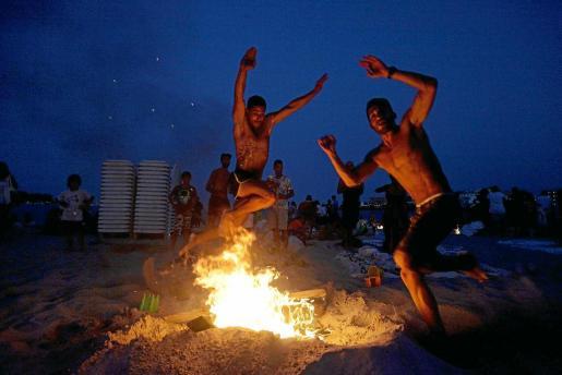 Como suele ser habitual muchos de los participantes se animaron a saltar por encima de 'els foguerons' de la playa de Talamanca.