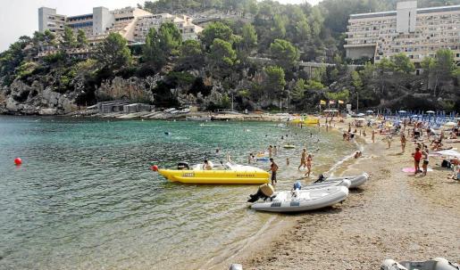 Dos de los quioscos de playa están situados en la bahía del Port de Sant Miquel.