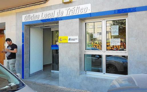 Imagen de la fachada de la oficina local de tráfico de Ibiza.
