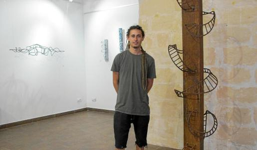 Javier Ens, junto a una de sus obras.