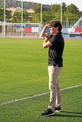 David Porras, técnico de la UD Ibiza, observa atento, con la mirada hacia el frente, una acción de su equipo.