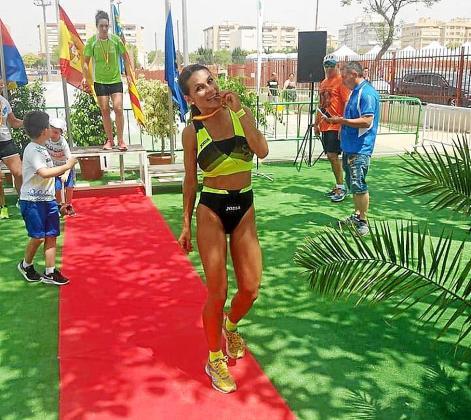 Carolina Gámez muerde, contenta y satisfecha, la medalla de bronce lograda ayer en Elche.